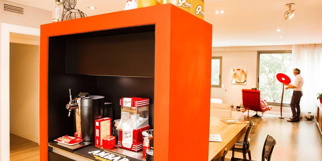 Interiorista Barcelona reformas proyectos salón mueble rojo