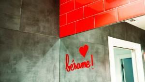 Interiorista Barcelona reformas baño lavabo rojo