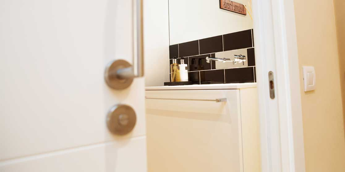 Interiorista Barcelona reformas baño lavabo negro blanco