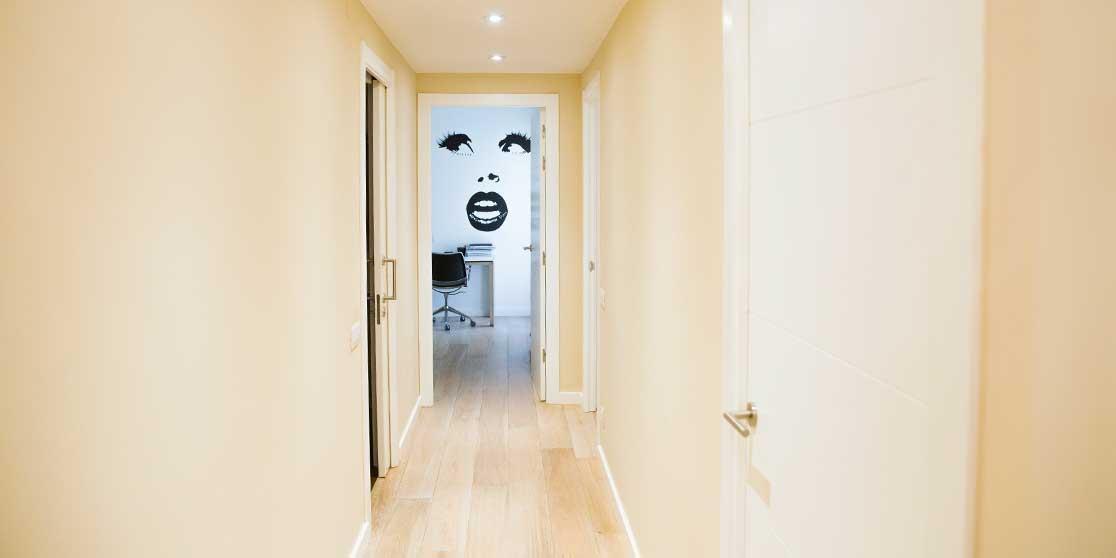 Interiorista Barcelona proyectos reformas viviendas pasillo vintage