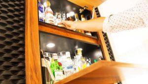 Interiorista Barcelona proyectos reformas viviendas mueble bar