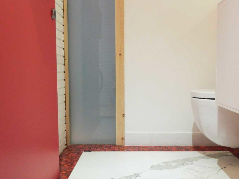 Interiorista Barcelona proyectos reformas viviendas lavabo madera